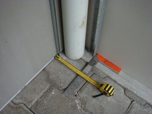 Важно выставить ровный угол, чтобы закрепить направляющие элементы на полу и потолке