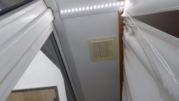 Вентиляционная решетка, обеспечивающая отбор воздуха из мансарды.