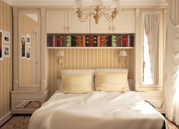 Вертикальные полосы для маленькой спальни, декорированной в английском классическом стиле.