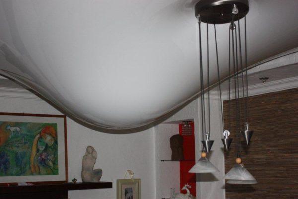Виниловое полотно защитило комнату от протечки сверху.