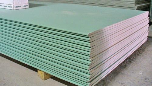 Влагостойкий гипсокартон имеет синюю маркировку ГКЛВ и характерный зеленый цвет защищенного покрытия