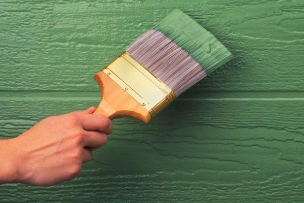 Воднодисперсионная краска ложится тонким слоем — это позволяет сохранить фактуру при покраске деревянных поверхностей