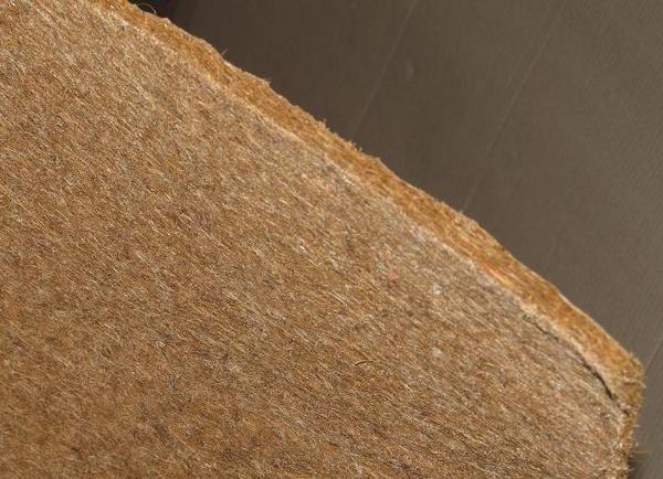 Волокнистая структура льняного мата придает материалу отличные изолирующие характеристики