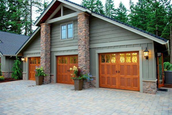 Ворота могут иметь частичное остекление, что позволяет сделать гараж более светлым