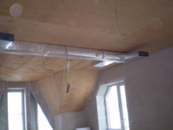 Воздуховоды воздушного отопления. Они будут скрыты при монтаже подвесных потолков.
