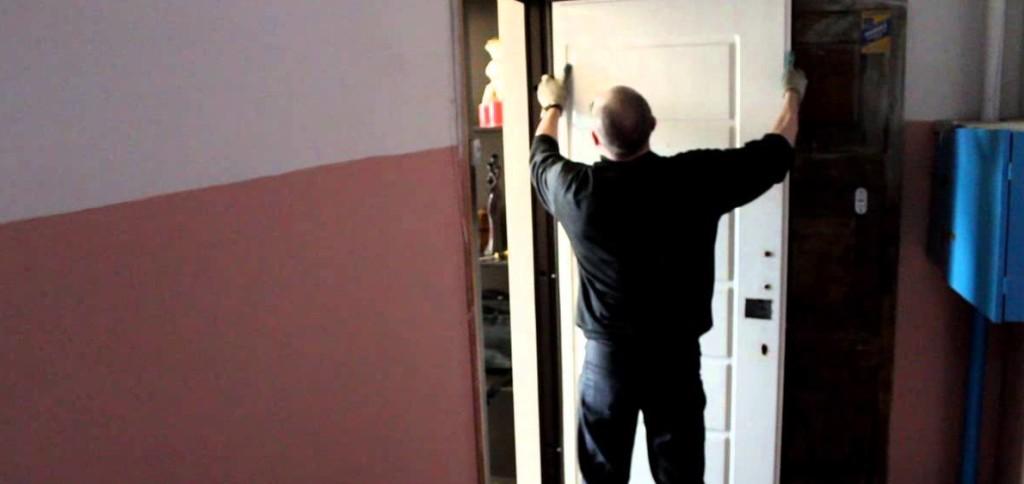 Возвращение дверного полотна на петли