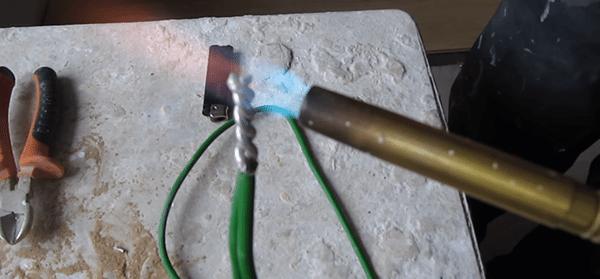 Все движения при пайке алюминиевых проводов делать приходится очень быстро, чтобы не перепалить их