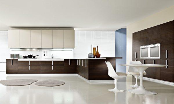 Встроенная эргономичная мебель подчеркивает стиль минимализм.