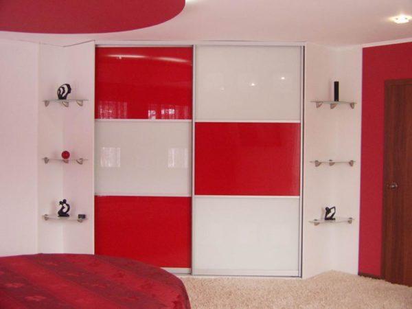 Встроенная мебель с яркими вставками.
