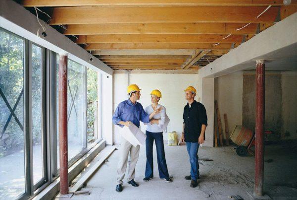 Выгодно заказывать ремонт дома под ключ у одного подрядчика, тогда как отдельные этапы отделки, заказанные у разных исполнителей, обойдутся дороже