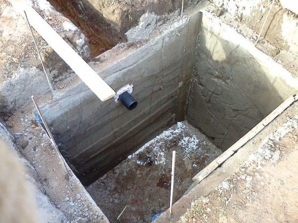 Выгребную яму проще сделать самому, но она требует частой откачки