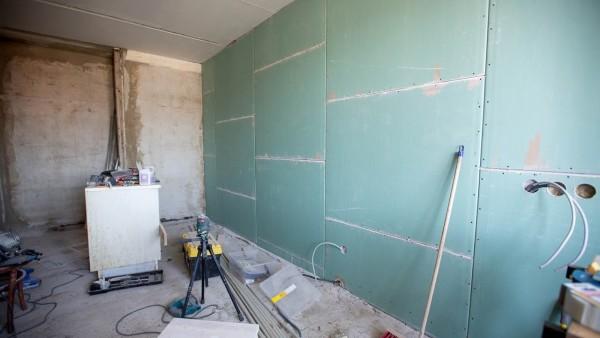 Выравнивание стены сухой штукатуркой