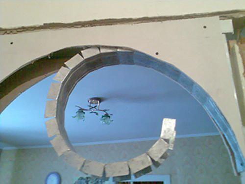 Вырезанные листы гипсокартона прикрепляются к каркасу с двух сторон