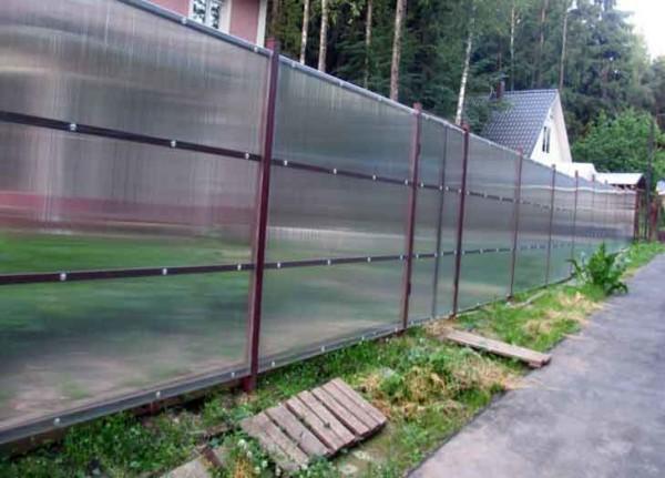 Забор из поликарбоната возводится очень быстро