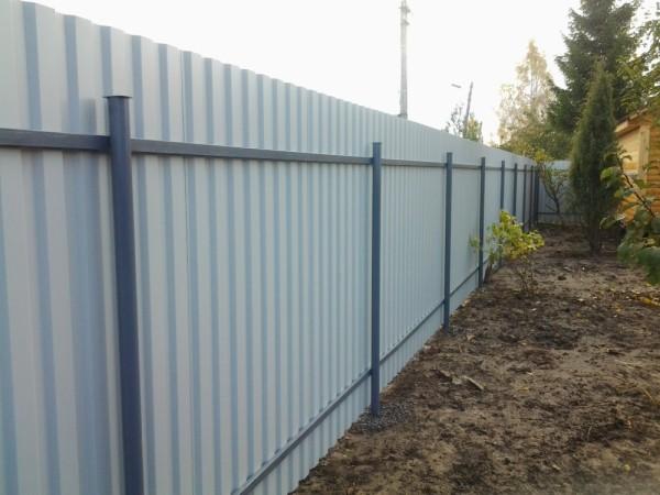 Забор из профлиста и с внутренней стороны выглядит аккуратно