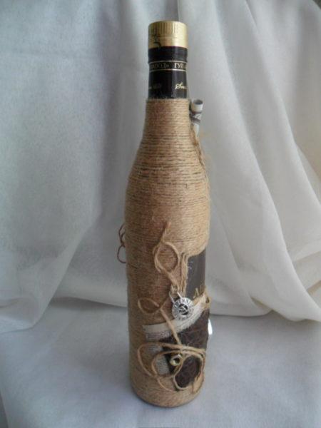 Задекорированная собственными руками бутылка может украсить интерьер комнаты или стать оригинальным подарком