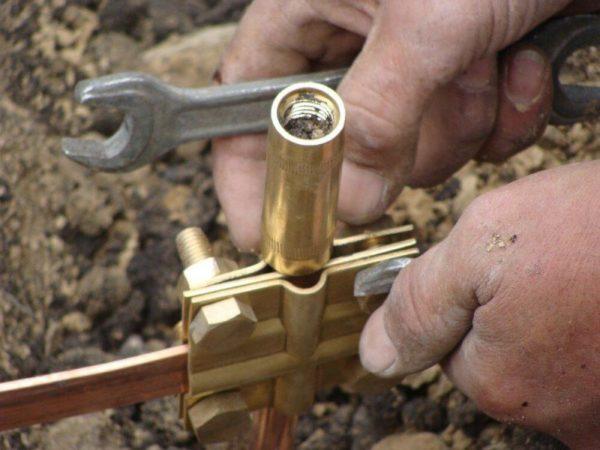 Заглублённые металлические штыри или трубы обязательно соединяются в единую систему поперечными полосами