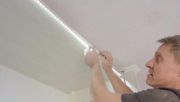 Закрепив ленту со светодиодами по контуру помещения, можно добиться интересного эффекта