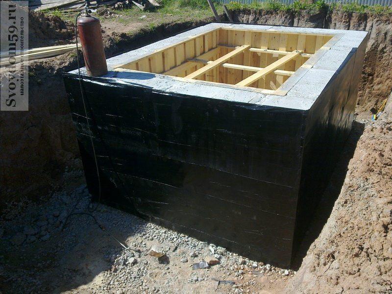 Заливка стен из монолитного бетона в предварительно собранную опалубку.