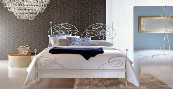Замысловатые орнаменты кованой спинки модели «Жасмин» способны освежить интерьер любой спальни