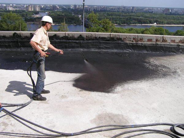 Защита плоской крыши окрасочной влагоизоляцией.