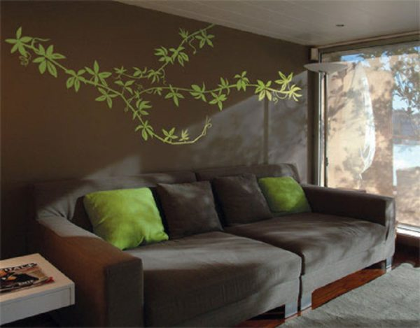 Зеленый цвет на стене перекликается с зелеными подушками