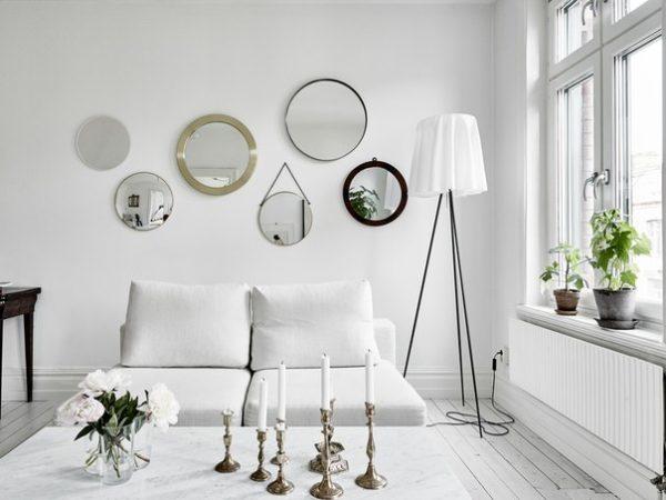 Зеркала в рамках, благодаря отражающим свойствам, сделают помещение больше.