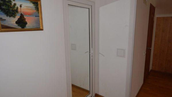 Зеркальная дверь между спальней и кабинетом. Жена всецело одобряет.