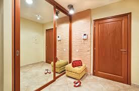 Зеркальная стена визуально вдвое расширит помещение.