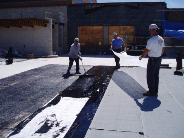 Жидкую гидроизоляцию на основе битума применяют для приклеивания рулонных материалов
