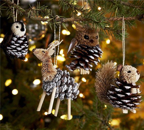 Животные из шишек вполне уместно смотрятся на новогодней ёлке