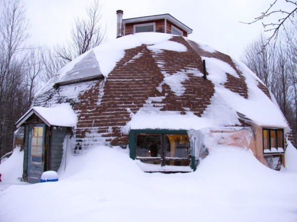 Зимой с купольной постройки даже не нужно убирать снег: большая его часть сойдёт сама благодаря наличию большого уклона, а то, что останется, никак не сможет навредить