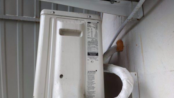 Значения энергопотребления и тепловой мощности обычно указываются на внешнем блоке сплит-системы.